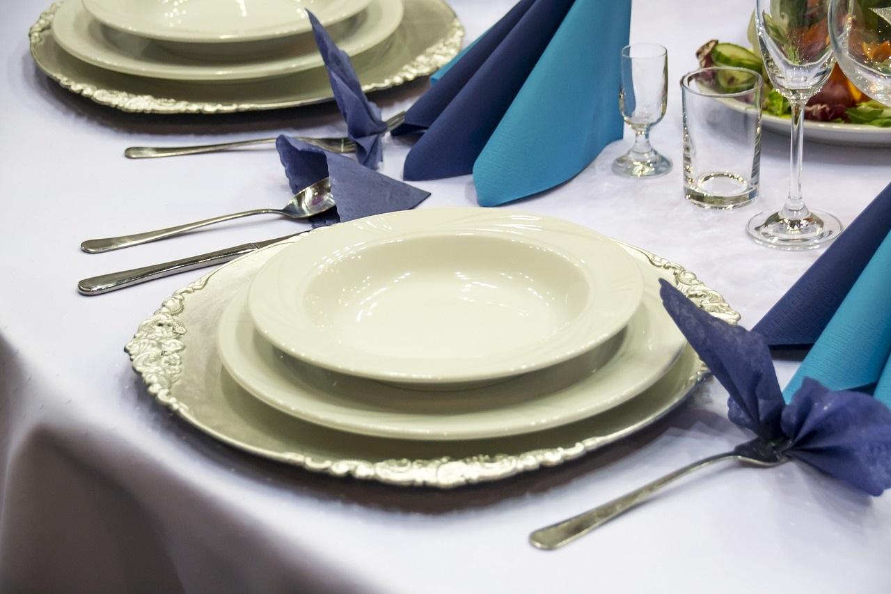 Des assiettes écrues pour un style épuré